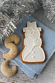 Snowman biscuits with Vanillehörnchen (crescent-shaped vanilla biscuits)