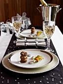 Festlicher Weihnachtstisch mit schwarzem Tischläufer und weissem Gedeck