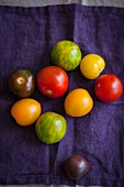 Different-colured tomatoes (seen from above)