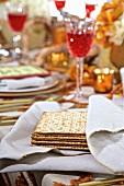 Jüdische Matzenbrote auf Weihnachtstisch