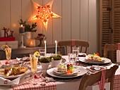 Festlicht gedeckter Weihnachtstisch mit Gurken-Lachs-Terrine und Sepck-Quitten