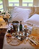 Tablett mit Champagner und Kaviar auf einem Hotelbett