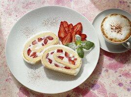 Biskuitrolle mit Erdbeersahne
