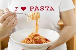 Frau isst Spaghetti mit Tomatensauce