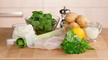 Zutaten für Fisch-Pie (Fischfilet, Creme fraiche, Spinat, Kartoffeln)