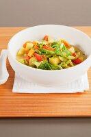 Gemüsecurry in einer Schale