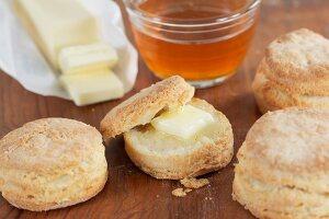 Buttermilch-Biscuits mit Butter und Honig