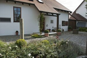 offener vorgarten mit brunnen auf steckkieselpflaster - Offener Vorgarten