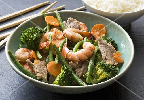 Stir-fried pork and shrimps with broccoli (Asia)