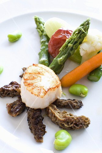 Grilled scallops with vegetables