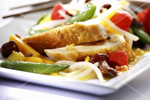 Chicken with oriental vegetables (close-up)