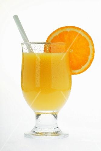 orangensaft im glas mit strohhalm und orangenscheibe. Black Bedroom Furniture Sets. Home Design Ideas