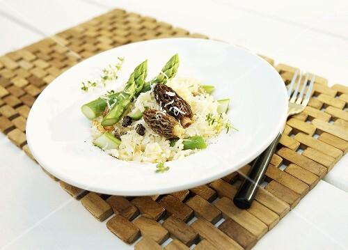 risotto mit gr nem spargel und morcheln bild kaufen 851834 stockfood. Black Bedroom Furniture Sets. Home Design Ideas