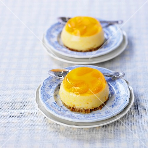 Turned-out mandarin flan with biscuit base