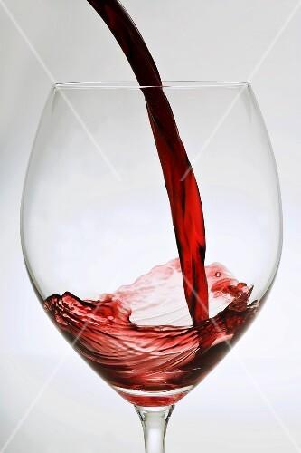 rotwein in ein glas giessen bild kaufen 863844 stockfood. Black Bedroom Furniture Sets. Home Design Ideas