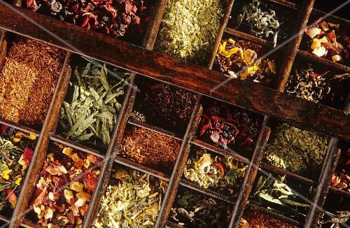 viele verschiedene teesorten in einem setzkasten bild kaufen 870642 stockfood. Black Bedroom Furniture Sets. Home Design Ideas