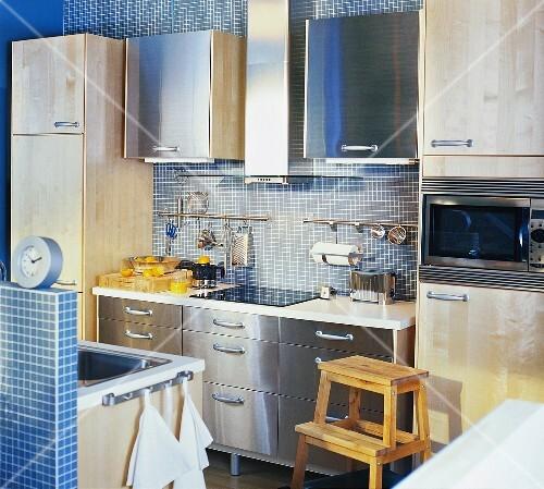 k che mit blauen mosaikfliesen edelstahl und holzfronten. Black Bedroom Furniture Sets. Home Design Ideas