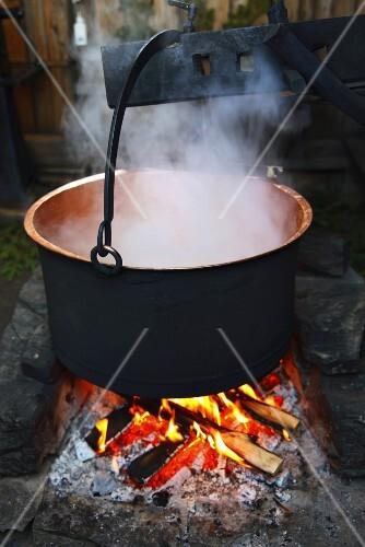 Dampfender Kessel über Lagerfeuer (Schweden) – Bild kaufen – 978782 ...