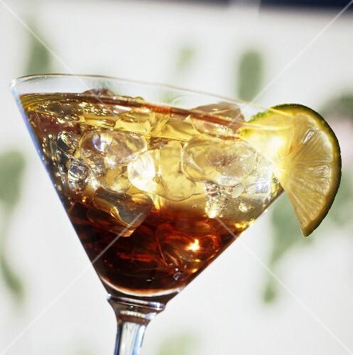 ein glas kir weisswein mit cassis auf eis bild kaufen 986128 stockfood. Black Bedroom Furniture Sets. Home Design Ideas