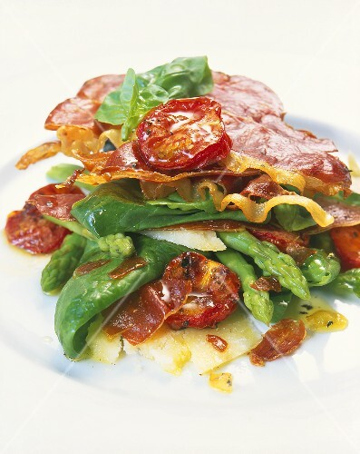 Appetiser of spinach, asparagus and fried Serrano ham
