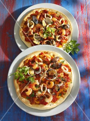 pizza mit meeresfr chten bild kaufen 987738 stockfood. Black Bedroom Furniture Sets. Home Design Ideas