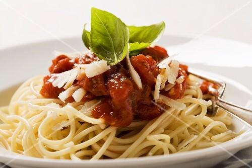 spaghetti mit tomatensauce und parmesan close up bild kaufen 995612 stockfood. Black Bedroom Furniture Sets. Home Design Ideas
