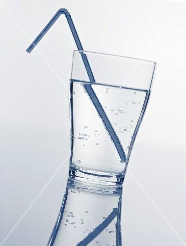 ein glas mineralwasser mit strohhalm bild kaufen 934814 stockfood. Black Bedroom Furniture Sets. Home Design Ideas