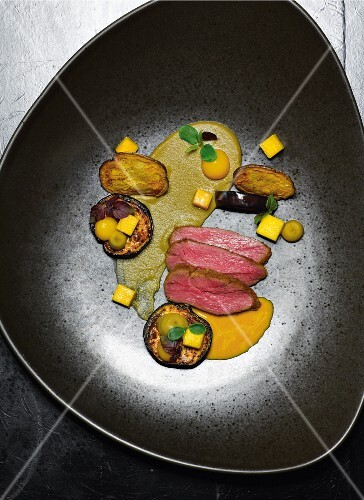 Lamb with curry sauce, aubergines and mango