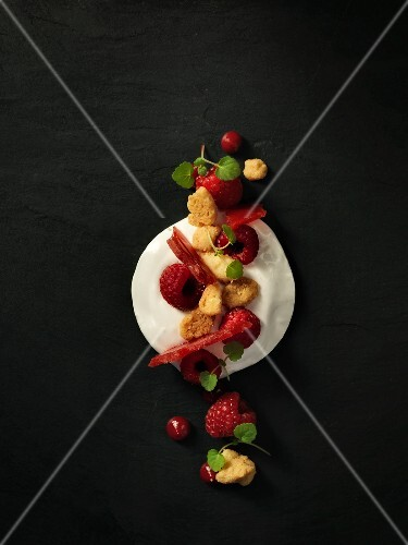 Dessert composition with vanilla mousse and raspberries