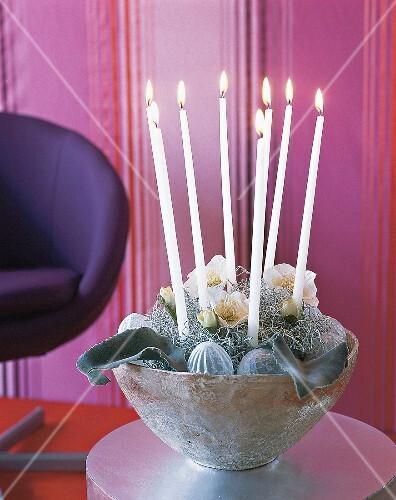 weihnachtsgesteck in silberner schale mit kerzen und