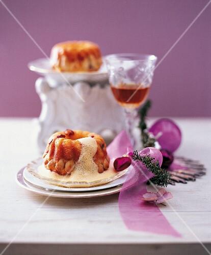Gugelhupf auf zabaione auf tisch mit weihnachtsdeko bild for Tisch weihnachtsdeko