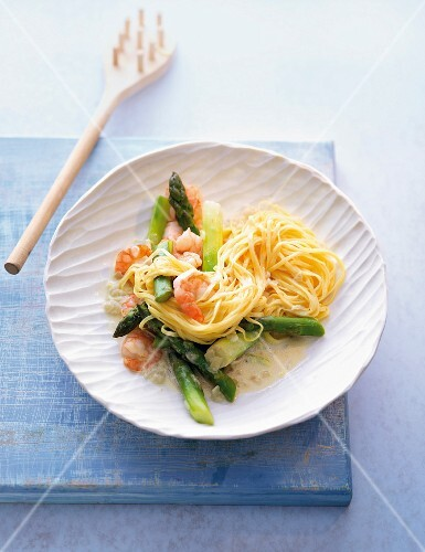 Linguine with asparagus and prawns