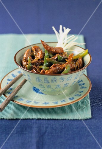 Stir-fried beef with oyster sauce, peppers and leek