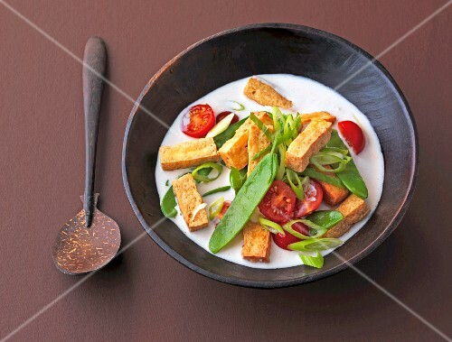 Tofu with mange tout and tomatoes in coconut milk