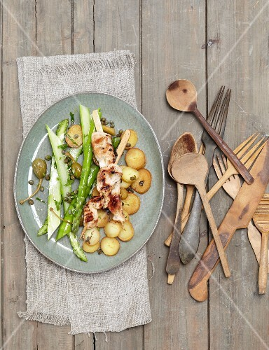 Chicken skewers with marinated asparagus and fried potatoes (seen from above)
