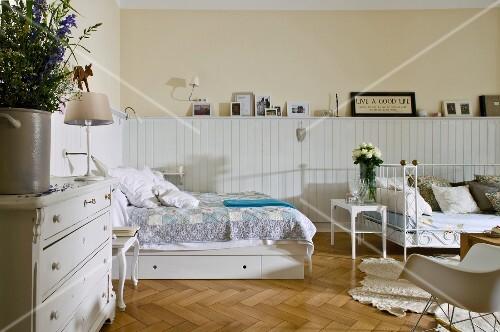 wohnen im schwedischen wohnstil schlafzimmer, bett, holzpaneel