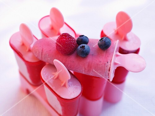 Yogurt ice lollies with colourful berries