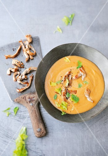 Sweet potato and peanut soup with strips of turkey