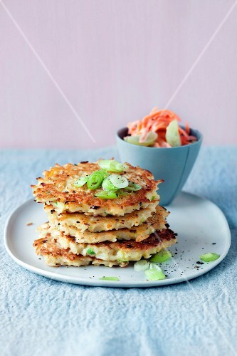 Rice cakes with coleslaw