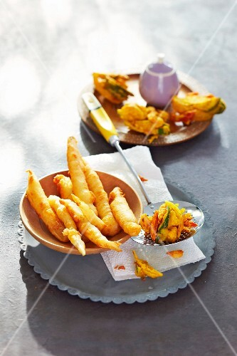 Vegetable pakoras with tofu and deep-fried black salsify