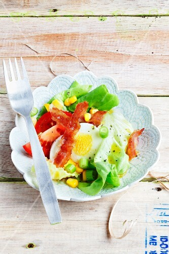 A mixed leaf salad with bacon chips