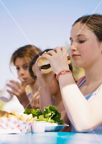 Kids eating hamburgers