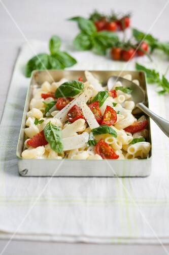 Pasta salad with asparagus, tomatoes and basil