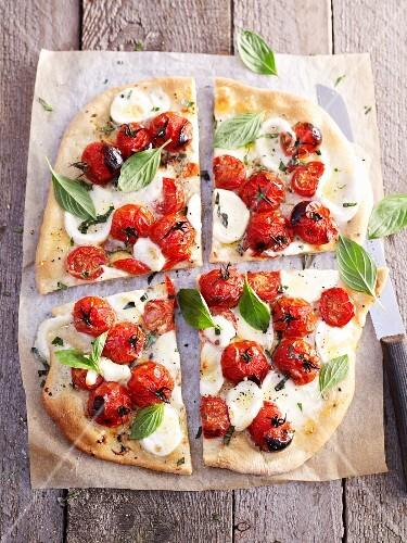 pizza mit tomaten mozzarella und basilikum bild kaufen 11088132 stockfood. Black Bedroom Furniture Sets. Home Design Ideas