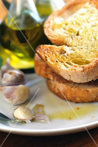 Bruschetta topped with olive oil and garlic (close-up)