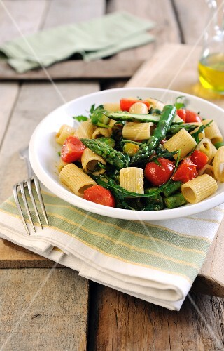 Pasta with cherry tomatoes, green asparagus and rocket