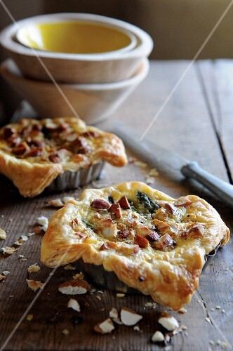 Puff pastry tartlets with asparagus and almonds