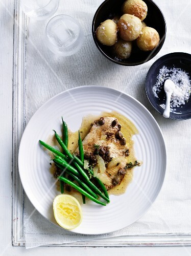 Ray fish with lemon sauce and green beans