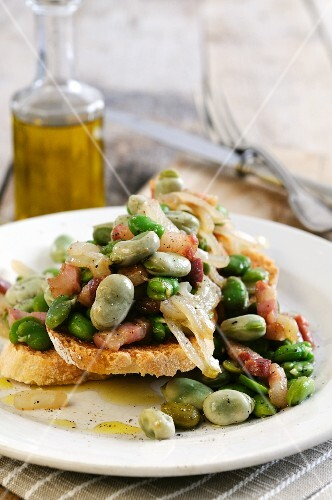 Bruschetta con le fave (bruschetta topped with broad beans, Italy)