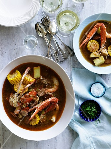 Frogmore stew (stew with fish, seafood, vegetables, sausage and corn, USA)